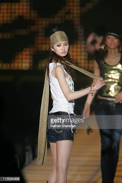Nanami wearing ECSTATIC during the Tokyo Girls Collection by girlswalkercom 2006 Spring/Summer