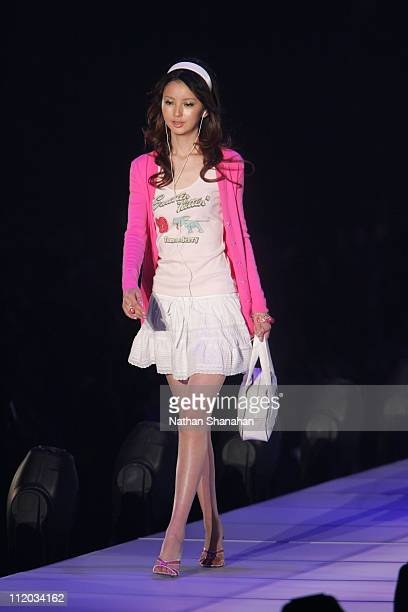 Nanami wearing Joias during the Tokyo Girls Collection by girlswalkercom 2006 Spring/Summer