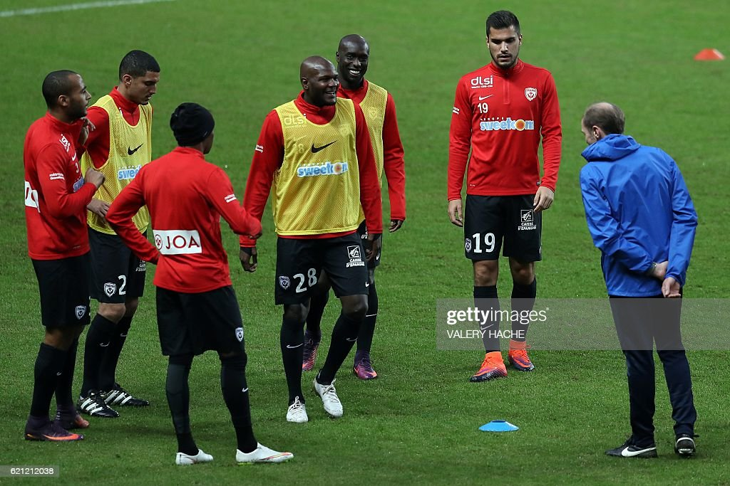 Nancy players warm up prior to the French L1 football match Monaco (ASM) vs Nancy (ASNL) on November 5, 2016 at the 'Louis II Stadium' in Monaco. / AFP / VALERY