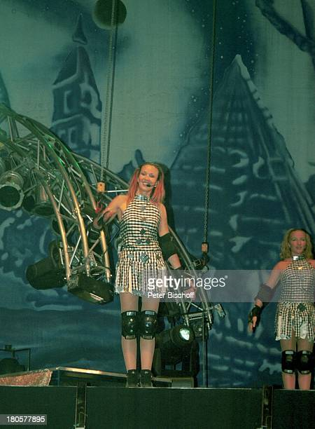 Nancy Rentzsch, Crailsheim/Baden-Württemberg, Tänzerin DJ Bobo, Open-Air-Konzert, Auftritt, Bühne, Mikrofon, Kostüm, Mikrophon, Protektoren,...