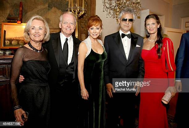 Nancy Walker Chairman and Founder of Celebrity Fight Night Jimmy Walker singer/songwriters Reba McEntire Andrea Bocelli and Veronica Berti attend a...