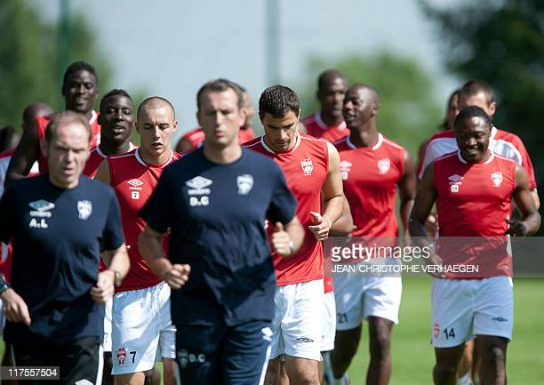 Nancy's FrenchMoroccan midfielder Aatif Chahechouhe French goalkeeper Gennaro Bracigliano and Cameroonian forward Paul Alo'o Efoulou take part in a...