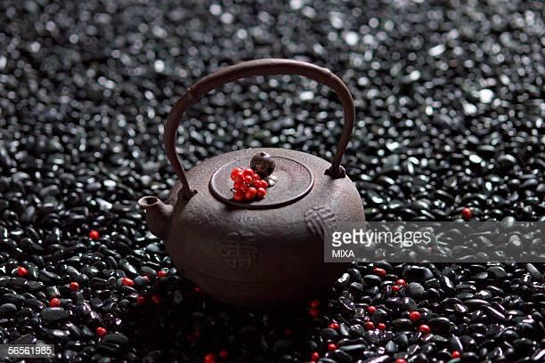 nandina on tea pot - wabi sabi - fotografias e filmes do acervo