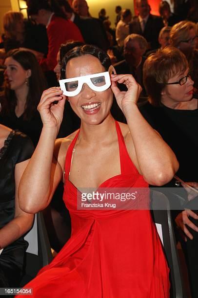 Nandini Mitra Mit Einer Brille Die Die Sehkraft Einschränkt Bei Der Verleihung Des 7 Deutschen Hörfilmpreis Im Atrium Der Deutschen Bank In Berlin