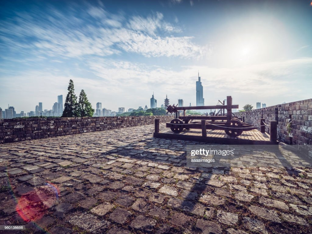 Nanjing ancient city wall front of city skyline : Stock-Foto