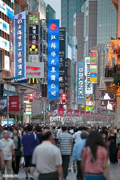 nanjing road, shanghai's most famous shopping street, china - nanjing road stock pictures, royalty-free photos & images