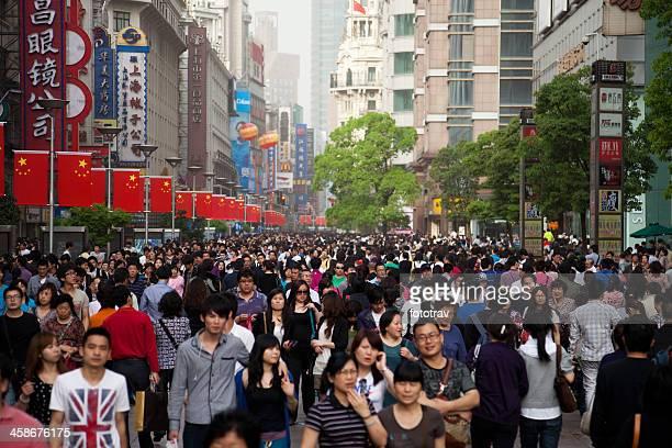 nanjing road, shanghai mais famosa rua de lojas - estereótipo de classe média - fotografias e filmes do acervo