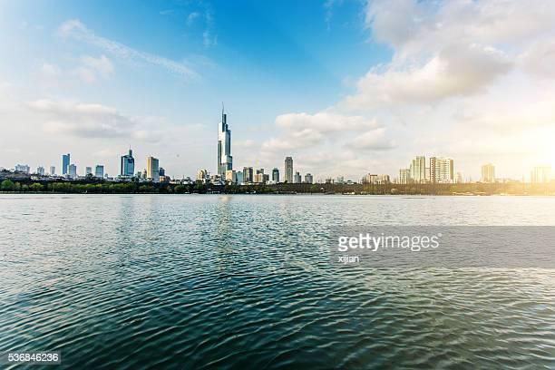 nanjing urban skyline with lake - nanjing road stockfoto's en -beelden