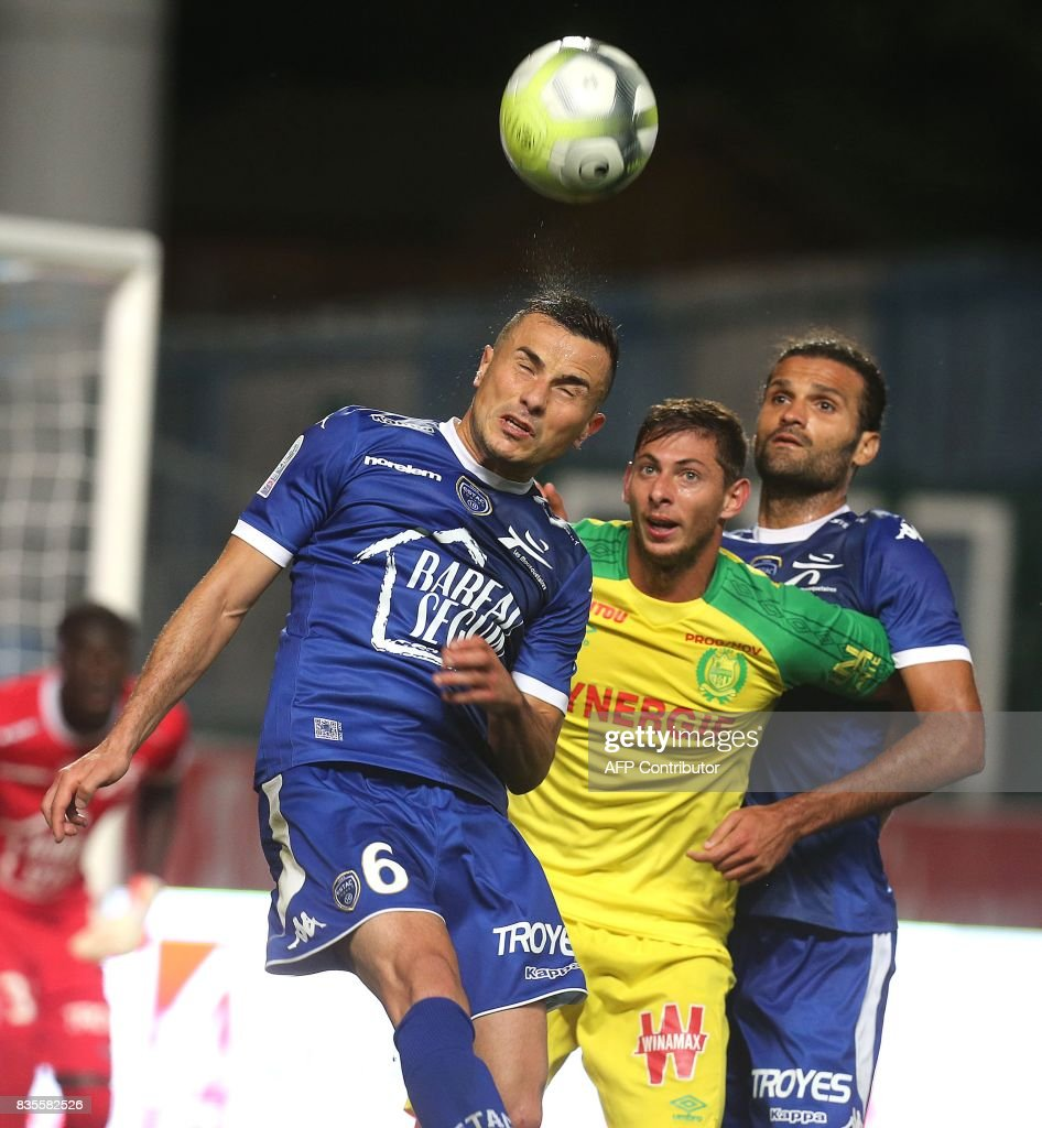 Nantes' Argentinian forward Emiliano Sala (C) vies Troyes' French midfielder Karim Azamoum (L) and Troyes' defender Oswaldo Vizcarrondo (R) during the French L1 football match between Troyes (ESTAC) and Nantes (FCN) on August 19, 2017, at the Aube stadium in Troyes, eastern France. /