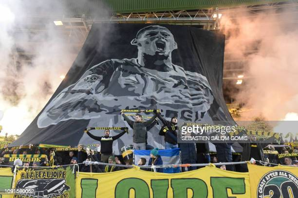 TOPSHOT Nantes supporters pay a tribute to Nantes' Argentinian forward Emilianio Sala during the French L1 football match between FC Nantes and AS...