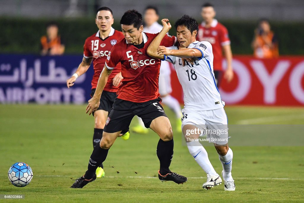 Naoaki Aoyama #5 of Muangthong United (L) and Shuhei Akasaki #18 of Kashima Antlers (R) competes for the ball during the AFC Asian Champions League match between Muangthong United and Kashima Antlers at Supachalasai National Stadium on February 28, 2017 in Bangkok, Thailand.