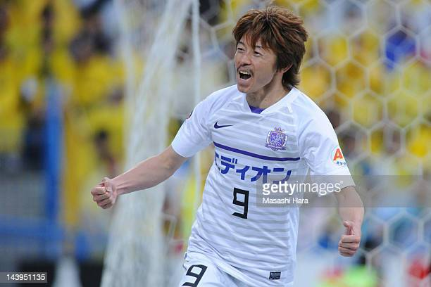 Naoki Ishihara of Sanfrecce Hiroshima celebrates the 4th goal during the J.League match between Kashiwa Reysol and Sanfrecce Hiroshima at Hitachi...