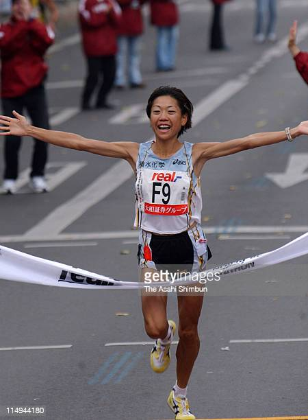 Naoko Takahashi of Japan crosses the finishing tape to win the Berlin Marathon 2001 on September 30 2001 in Berlin Germany