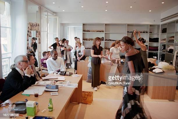 Naomi Campbell In Paris To Present The Collections FallWinter 19981999 A Paris en juillet 1998 dans un bureau des ateliers Chanel le mannequin Naomi...