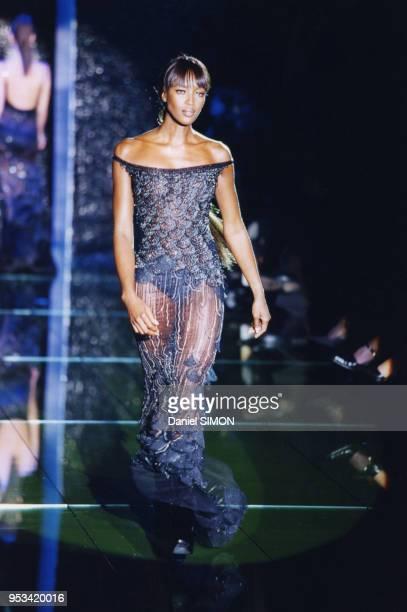 Naomi Campbell lors du défilé Hautecouture PrintempsEté 1999 de la maison Versace en janvier 1999 à Paris France