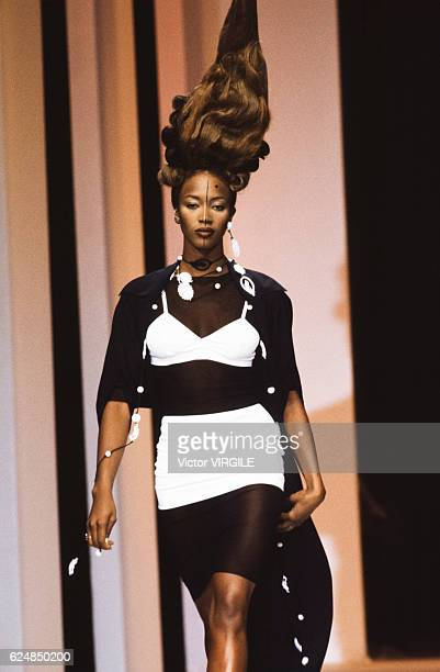 Naomi Campbell walks the runway at the Karl Lagerfeld Ready to Wear Spring/Summer 1994 fashion show during the Paris Fashion Week in October 1993 in...