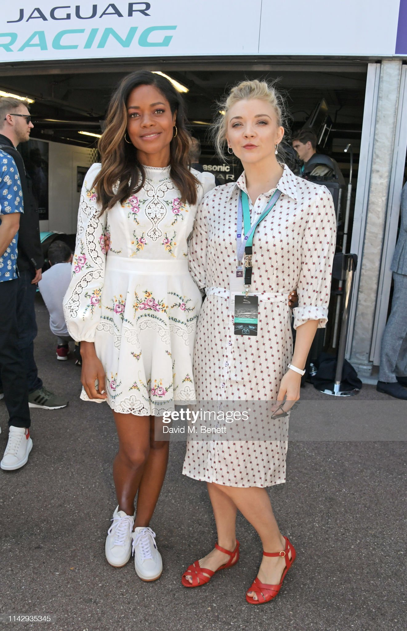 ¿Cuánto mide Naomie Harris? - Real height Naomie-harris-and-natalie-dormer-attend-the-abb-fia-formula-e-2019-picture-id1142935345?s=2048x2048