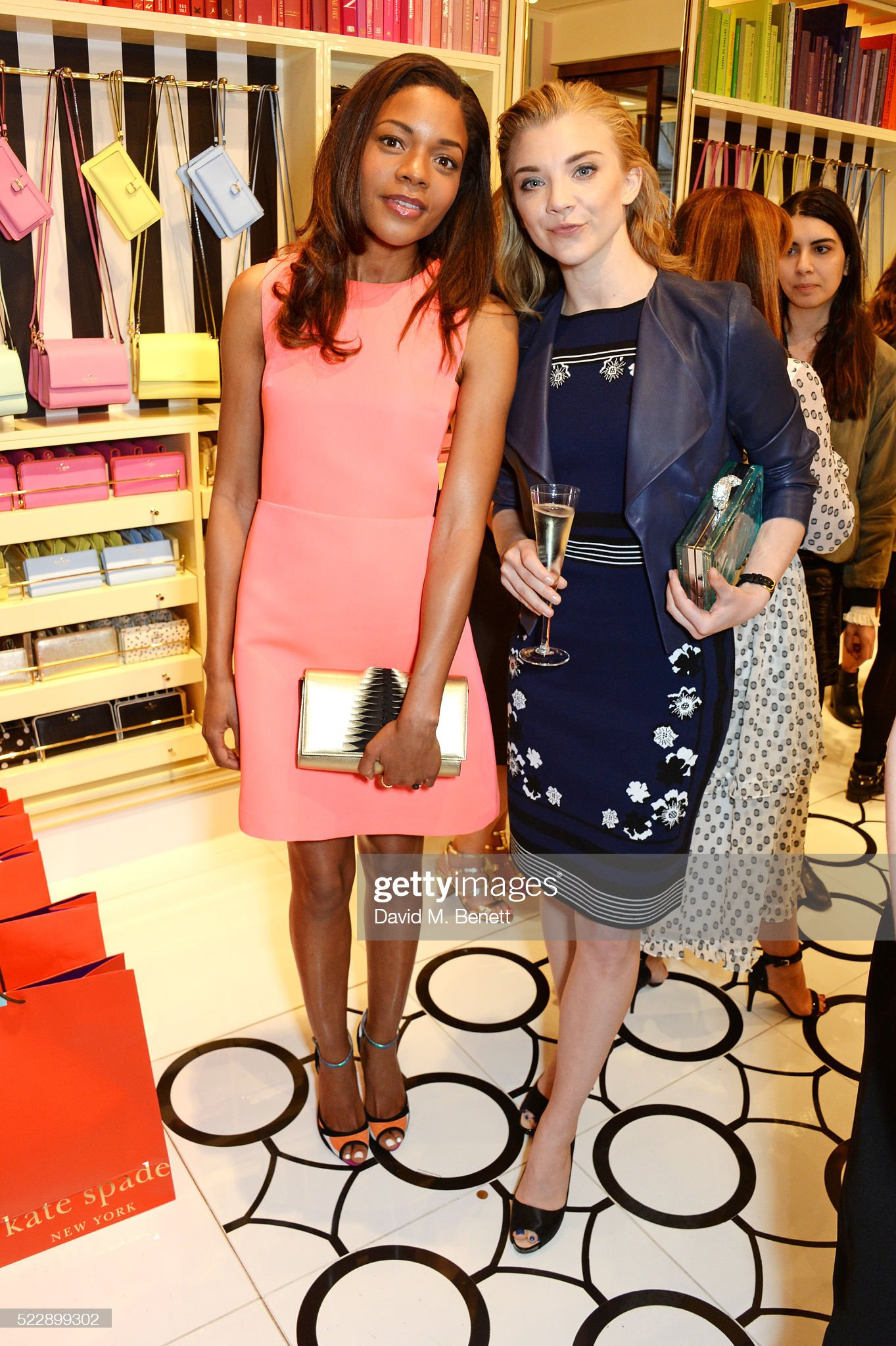 ¿Cuánto mide Naomie Harris? - Real height Naomie-harris-and-natalie-dormer-attend-the-kate-spade-new-york-picture-id522899302?s=2048x2048