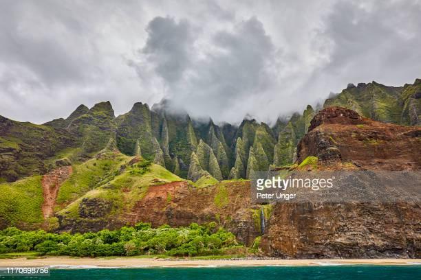 napali coast state wilderness park,kauai,hawaii,usa - hawaiian waterfalls stock pictures, royalty-free photos & images
