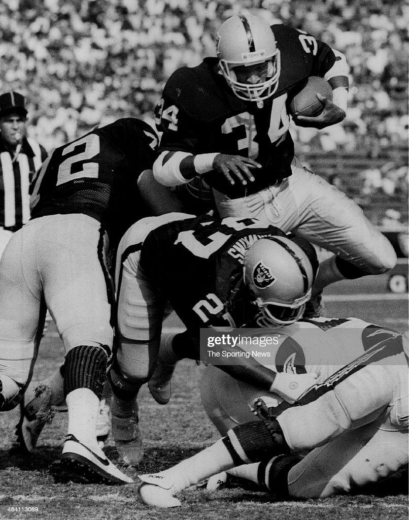 Napoleon McCallum of the Los Angeles Raiders... : News Photo