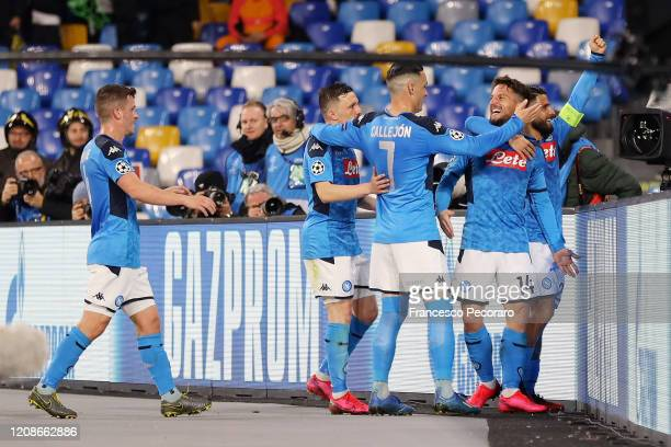 Napoli players celebrate the 10 goal scored by Dries Mertens during the UEFA Champions League round of 16 first leg match between SSC Napoli and FC...