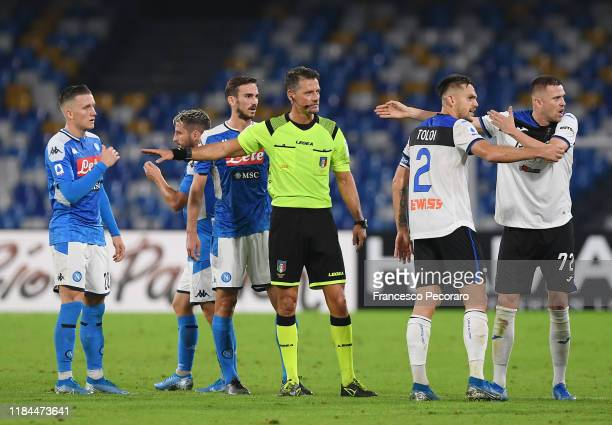 Napoli players protest against referee Pino Giacomelli decision during the Serie A match between SSC Napoli and Atalanta BC at Stadio San Paolo on...