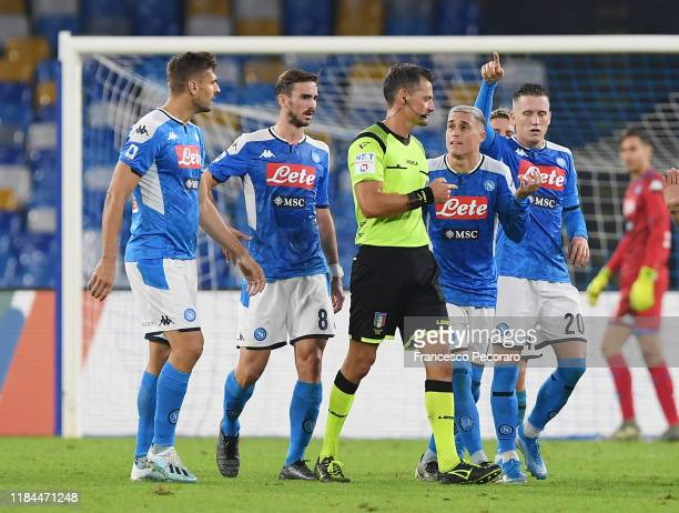 Napoli players protest with referee Pino Giacomelli during the Serie A match between SSC Napoli and Atalanta BC at Stadio San Paolo on October 30...