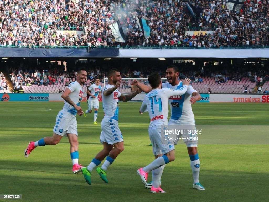 Napoli's Belgian forward Dries Mertens (2ndR) celebrates with teammates after scoring during the Italian Serie A football match SSC Napoli vs Cagliari Calcio on May 6, 2017 at the San Paolo Stadium in Naples. /