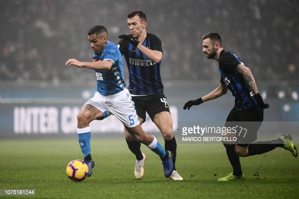 Napoli's Brazilian midfielder Allan outruns Inter Milan's Croatian midfielder Ivan Perisic and Inter Milan's Croatian midfielder Marcelo Brozovic...