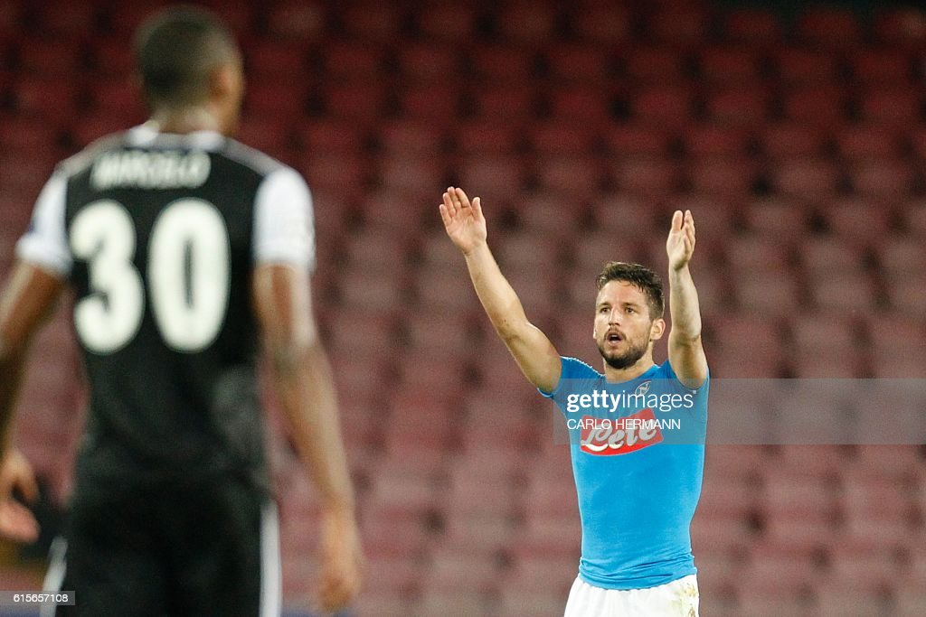 Napoli's forward from Belgium Dries Mertens celebrates after scoring during the UEFA Champions League football match SSC Napoli vs Besiktas on October 19, 2016 at the San Paolo stadium in Naples. / AFP / Carlo Hermann