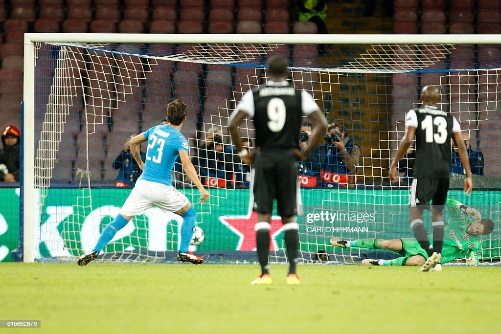 Napoli's forward from Italy Manolo Gabbiadini (L) scores a penalty during the UEFA Champions League football match SSC Napoli vs Besiktas on October 19, 2016 at the San Paolo stadium in Naples. / AFP / Carlo Hermann