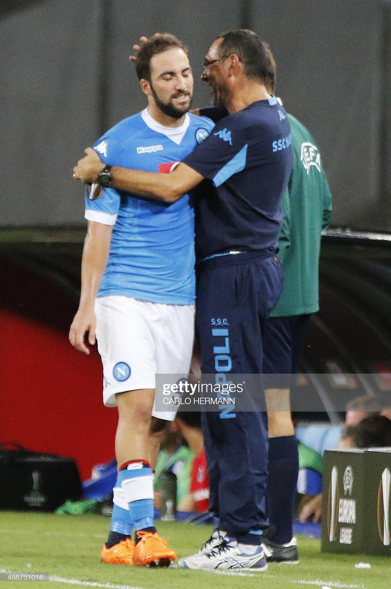 ¿Cuánto mide Maurizio Sarri? - Altura - Real height Napolis-italian-coach-maurizio-sarri-hugs-napolis-frenchargentinian-picture-id488751016?s=2048x2048
