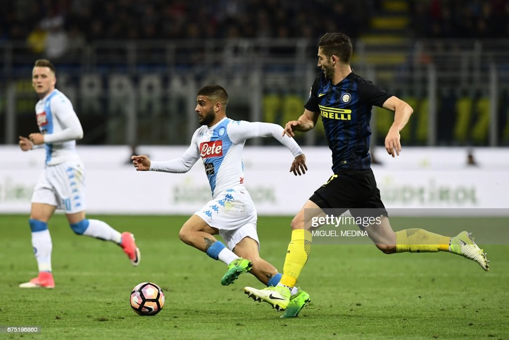 Napoli's Italian striker Lorenzo Insigne runs with the ball past Inter Milan's Italian midfielder Roberto Gagliardini during the Italian Serie A football match between Inter Milan and Napoli at the San Siro stadium in Milan on April 30, 2017. /