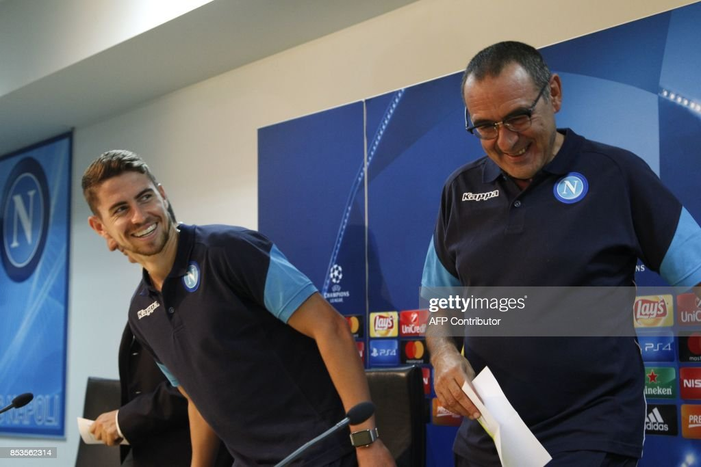 Napoli's midfielder from Brazil Jorginho (L) and Napoli's coach from Italy Maurizio Sarri attend a press conference on the eve of the Champion's League football match Napoli vs Feyenoord on September 25, 2017 in Naples. / AFP PHOTO / Carlo Hermann