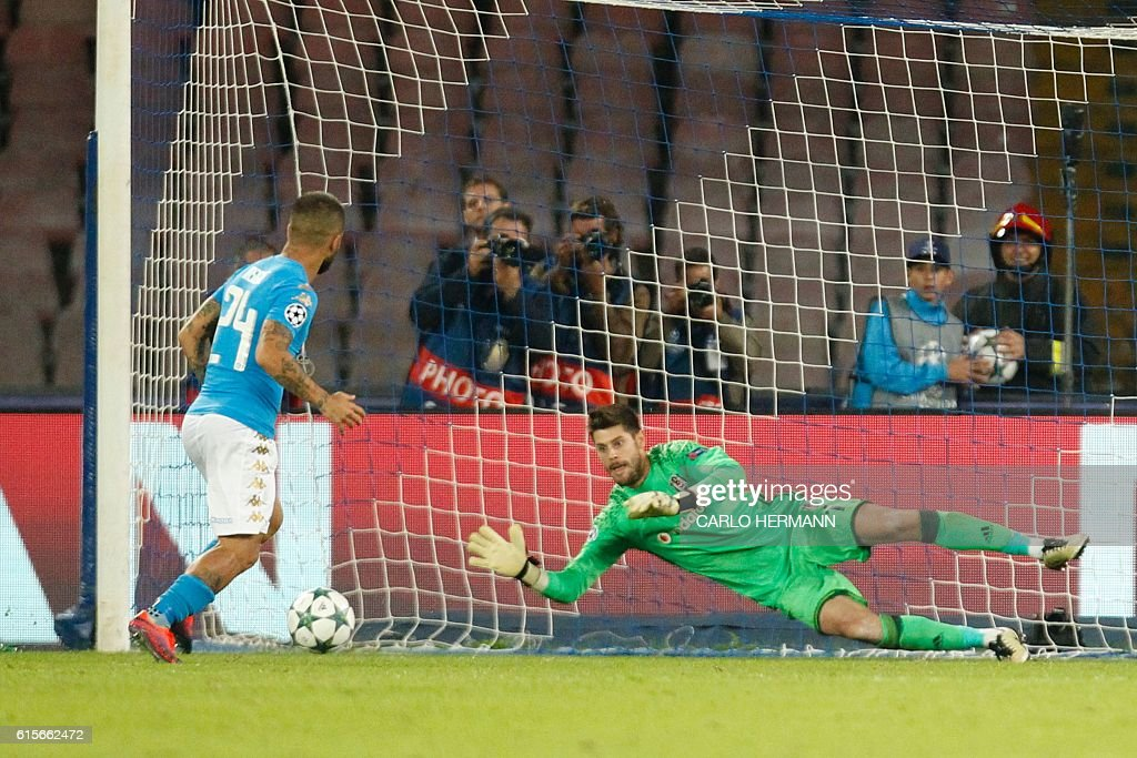 Napoli's midfielder from Italy Lorenzo Insigne misses a penalty against Besiktas' goalkeeper from Spain Fabricio (R) during the UEFA Champions League football match SSC Napoli vs Besiktas on October 19, 2016 at the San Paolo stadium in Naples. / AFP / Carlo Hermann