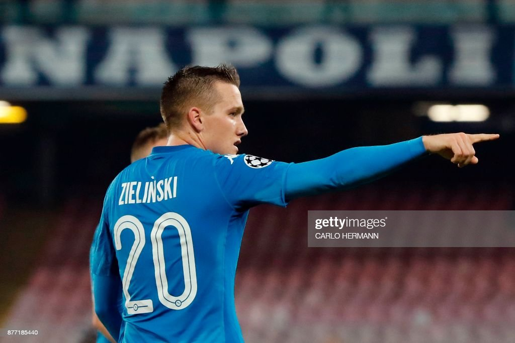 Napoli's midfielder from Poland Piotr Zielinski celebrates after scoring during the UEFA Champions League Group F football match Napoli vs Shakhtar Donetsk on November 21, 2017 at the San Paolo stadium in Naples. / AFP PHOTO / Carlo Hermann