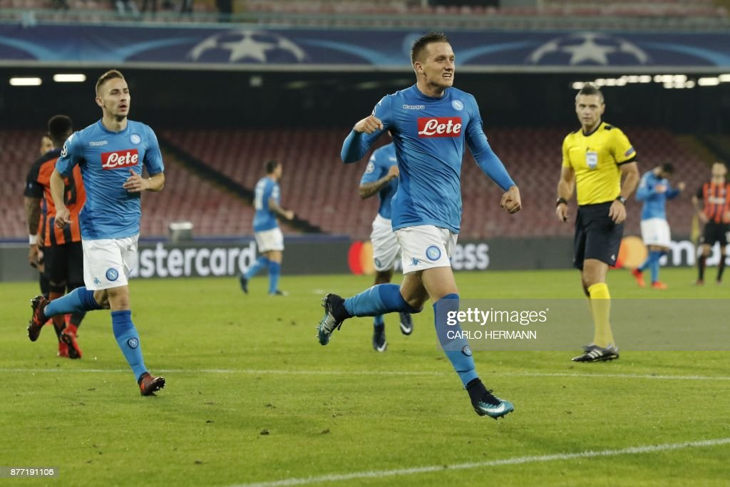 Napoli's midfielder from Poland Piotr Zielinski (C) celebrates after scoring during the UEFA Champions League Group F football match Napoli vs Shakhtar Donetsk on November 21, 2017 at the San Paolo stadium in Naples. / AFP PHOTO / Carlo Hermann
