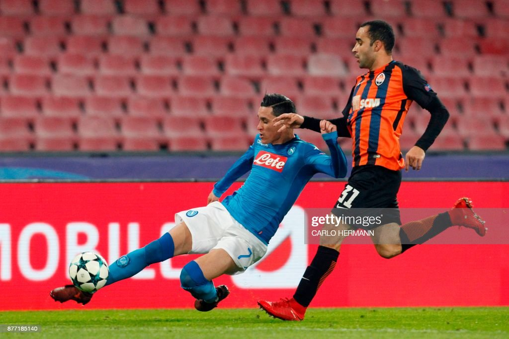 Napoli's midfielder from Spain Jose Maria Callejon (L) vies with Shakhtar Donetsk's Brazilian defender Ismaily during the UEFA Champions League Group F football match Napoli vs Shakhtar Donetsk on November 21, 2017 at the San Paolo stadium in Naples. / AFP PHOTO / Carlo Hermann