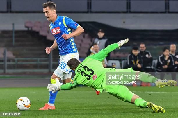 Napoli's Polish forward Arkadiusz Milik dribbles Salzburg's German goalkeeper Alexander Walke to open the scoring during the UEFA Europa League round...