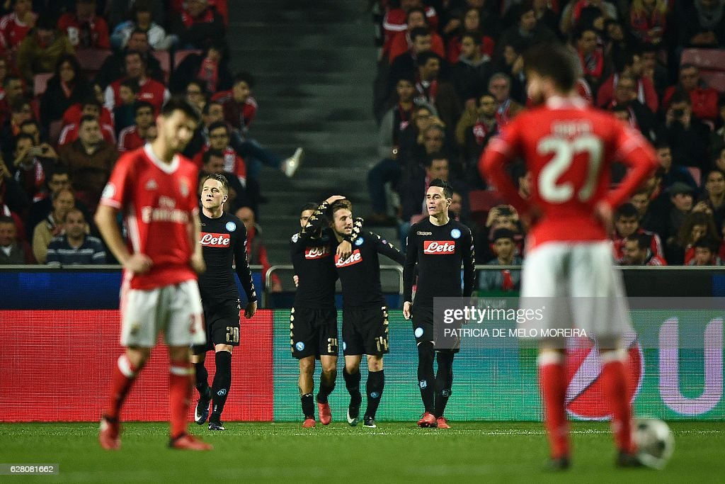 Napoli's Slovak midfielder Marek Hamsik (CR) celebrates with his teammates after scoring during the UEFA Champions League Group B football match SL Benfica vs SSC Napoli at the Luz stadium in Lisbon, on December 6, 2016. / AFP / PATRICIA