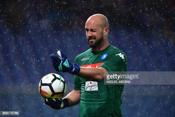 TOPSHOT Napoli's Spanish goalkeeper Jose Manuel Reina gestures during the Italian Serie A football match Sampdoria vs Napoli on May 13 2018 at the...
