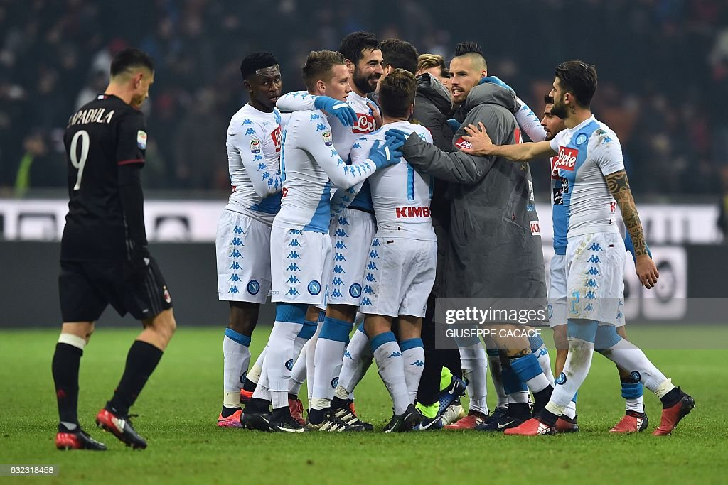 Napoli's team celebrate at the end of the Italian Serie A football match between AC Milan and Napoli at the San Siro Stadium in Milan on January 21, 2017. / AFP / GIUSEPPE