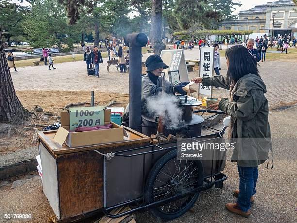 nara street alimentos comedor-japón - oden fotografías e imágenes de stock