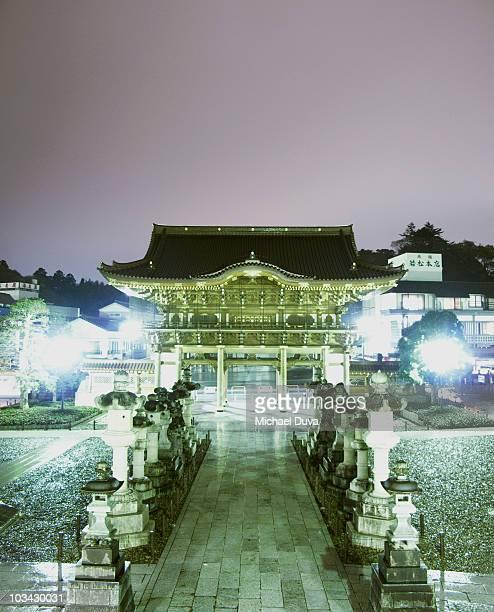 narita temple gate at night while raining - 成田市 ストックフォトと画像