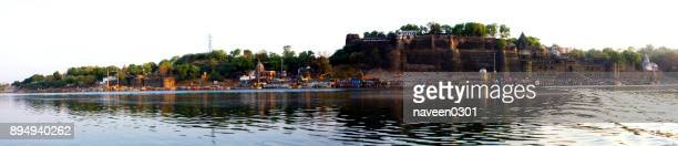 narmada ghats in maheshwar town in madhya pradesh, india - madhya pradesh stock pictures, royalty-free photos & images