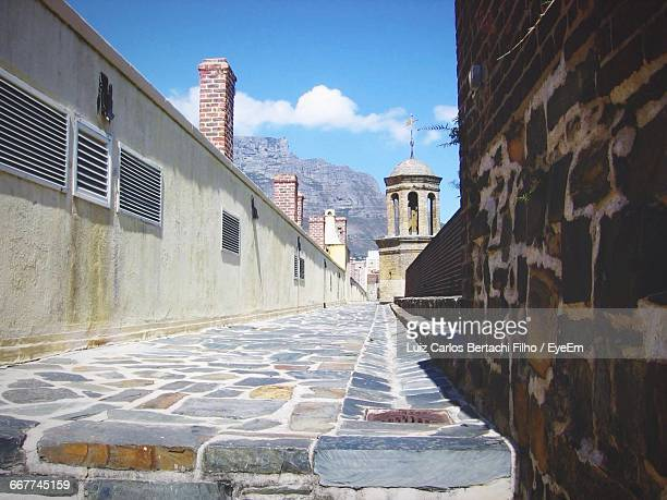 narrow alley along buildings - filho stock pictures, royalty-free photos & images