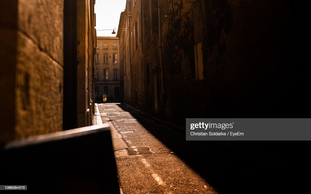 Narrow Alley Amidst Buildings In City : Stock-Foto