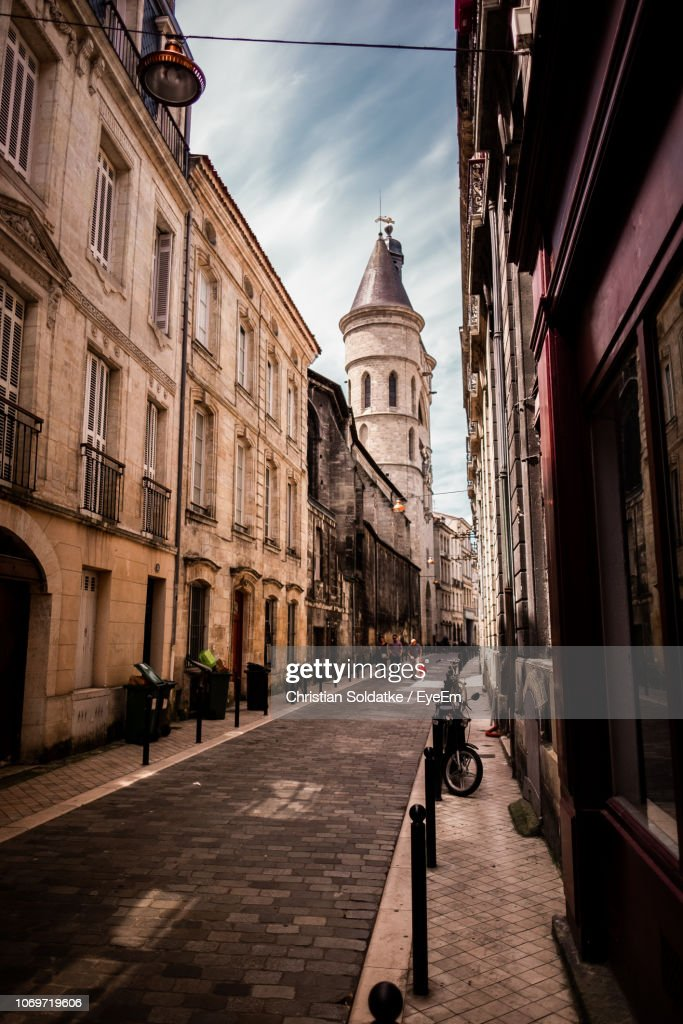 Narrow Alley Amidst Buildings In City : Foto de stock