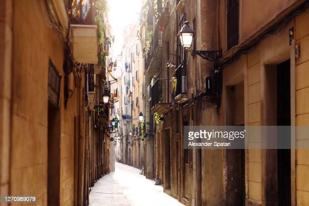 narrow alley in barcelona gothic quarter, catalonia, spain - barcelona spain stock pictures, royalty-free photos & images