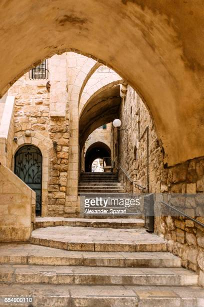 narrow alley in the old town of jerusalem, israel - jerusalem old city stock pictures, royalty-free photos & images